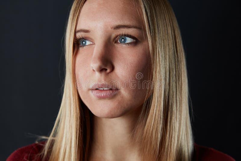La mujer rubia hermosa joven está mirando al lado fotografía de archivo