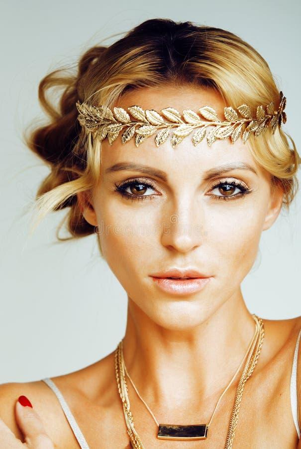 La mujer rubia joven se vistió como la diosa del griego clásico, jewelr del oro fotos de archivo