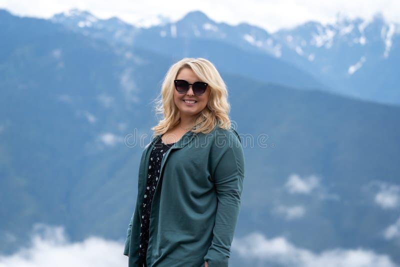 La mujer rubia presenta para el retrato en el huracán Ridge en parque nacional olímpico en Washington State los E.E.U.U. imagenes de archivo
