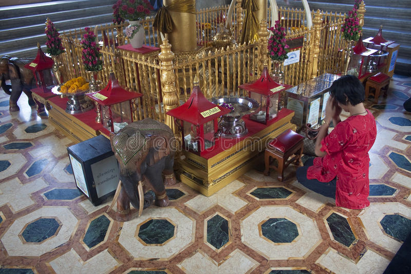 La mujer ruega en la capilla del pilar de la ciudad de Bangkok imágenes de archivo libres de regalías