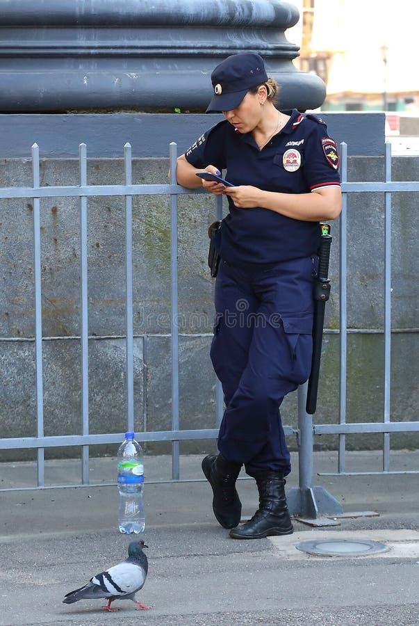 La mujer rusa de la policía fotos de archivo
