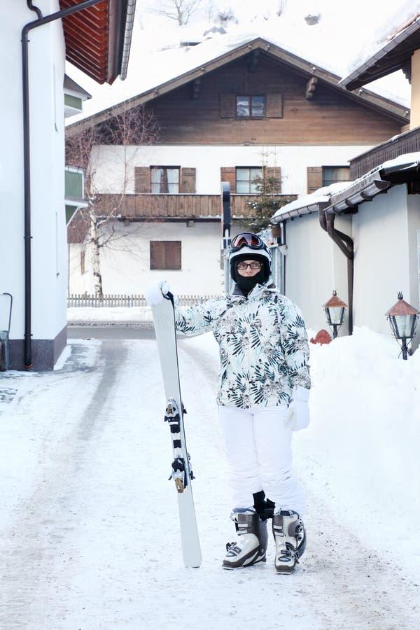 La mujer se coloca con el snowboard fotos de archivo