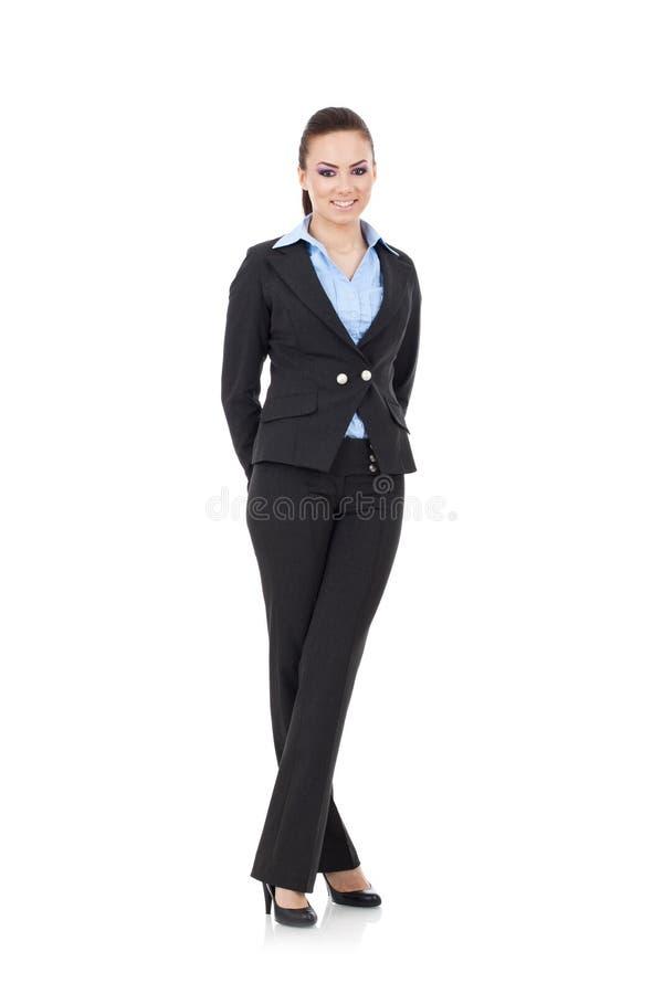 La mujer se coloca con las piernas cruzadas foto de archivo