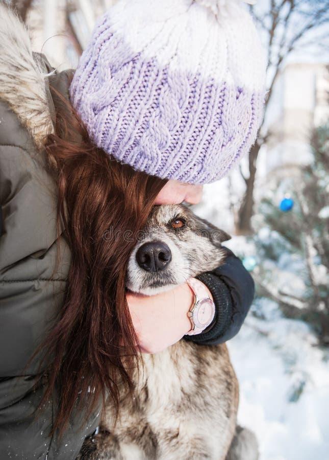 La mujer se divierte con su perro imagenes de archivo