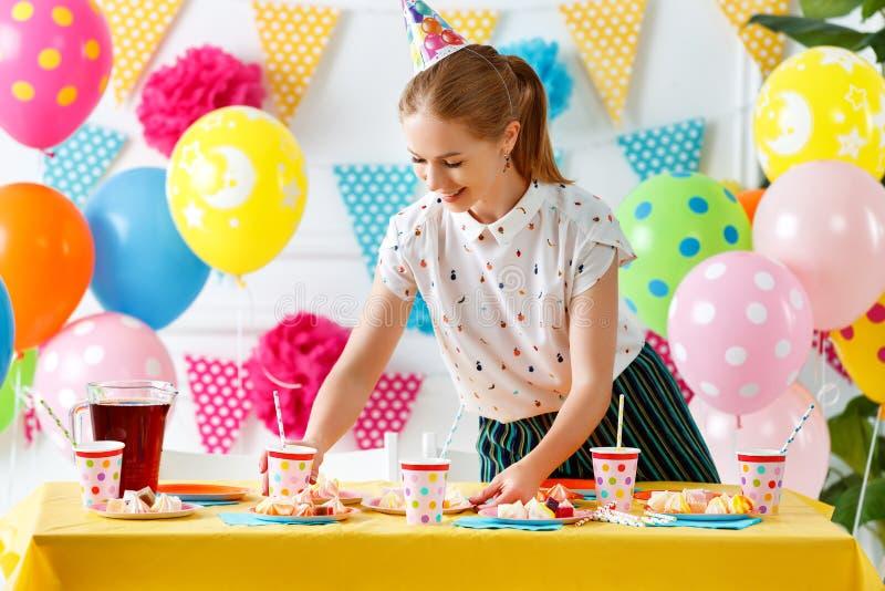La mujer se prepara para el cumpleaños del ` s de los niños del día de fiesta foto de archivo