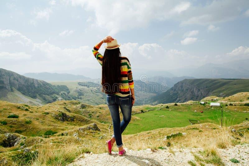 La mujer se relaja y viaja en pueblo del mountai con la visión pintoresca imagen de archivo libre de regalías