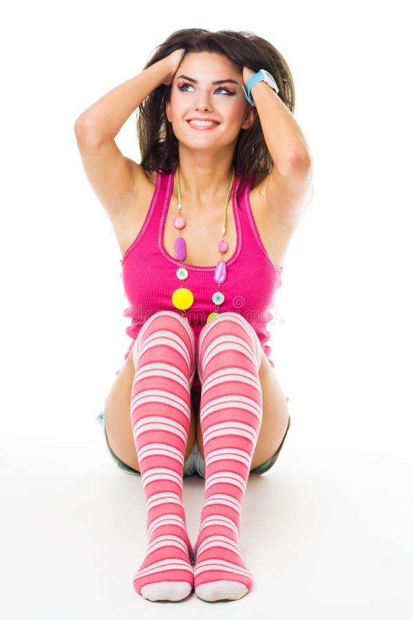 La mujer se sienta en los pelos del suelo y del conjunto a la derecha con el SM imagenes de archivo