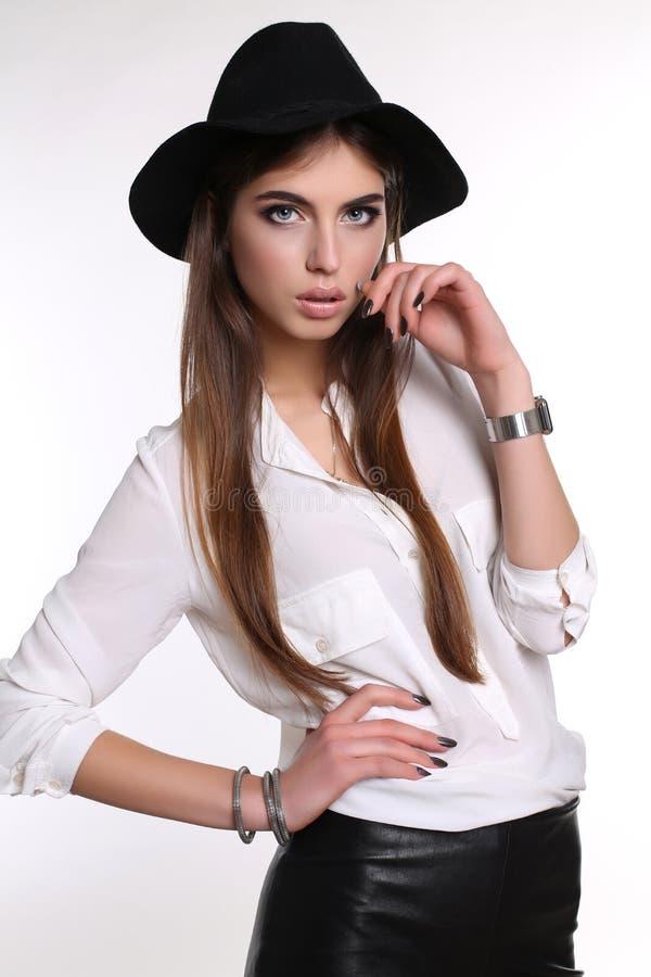 La mujer sensual magnífica con el pelo recto oscuro lleva el vestido elegante fotos de archivo