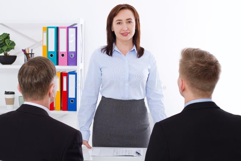La mujer seria es un jefe Reunión de negocios en el fondo de la oficina Hombre de negocios y empresaria del trabajo del equipo Fo imagenes de archivo
