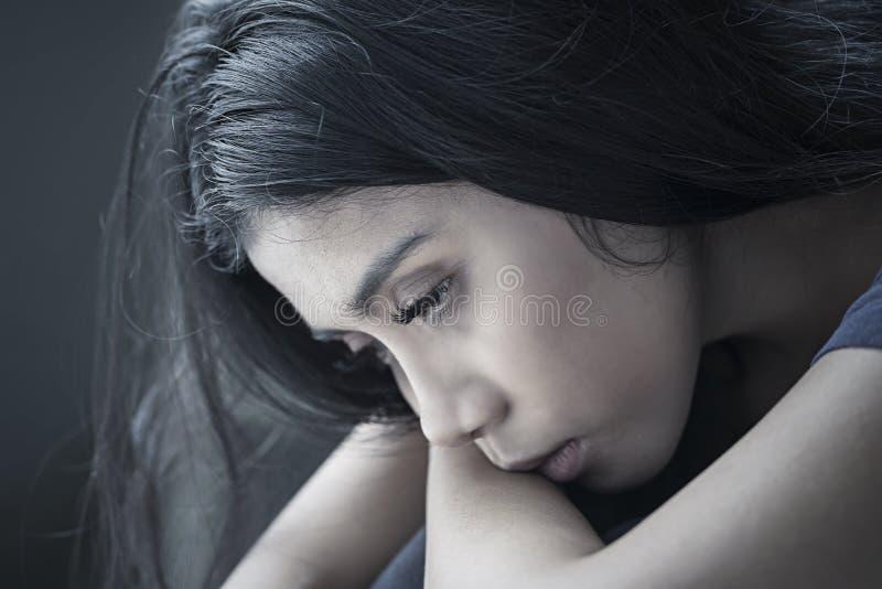 La mujer sola parece malsana en fondo negro foto de archivo libre de regalías