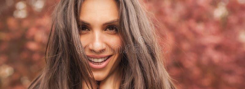 La mujer sonriente alegre feliz goza en la naturaleza Panorama de par en par fotografía de archivo libre de regalías