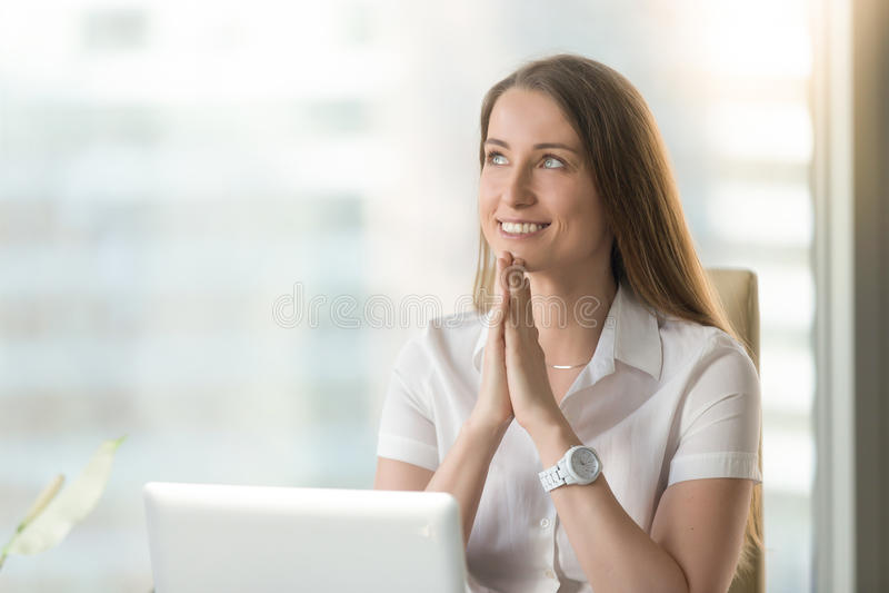 La mujer sonriente feliz siente agradecida, las manos en rezo, headshot po foto de archivo libre de regalías