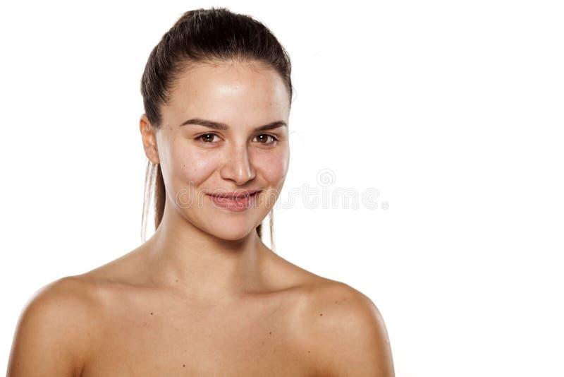 La mujer sonriente fuera compone imagenes de archivo