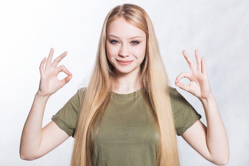 La mujer sonriente hermosa joven muestra la muestra de la autorizaci?n Concepto del lenguaje corporal imágenes de archivo libres de regalías