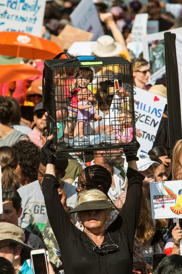 La mujer soporta las muñecas enjauladas en la protesta de la ley de la inmigración de Atlanta imagenes de archivo