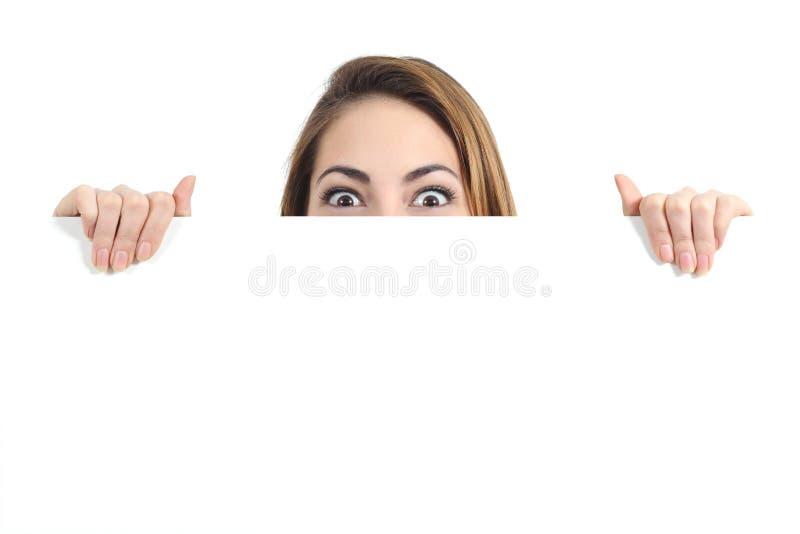 La mujer sorprendida observa sobre una exhibición promocional en blanco fotografía de archivo libre de regalías