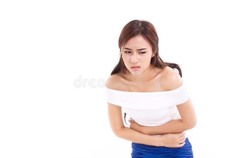 La mujer sufre de dolor de la menstruación o de dolor de estómago fotos de archivo