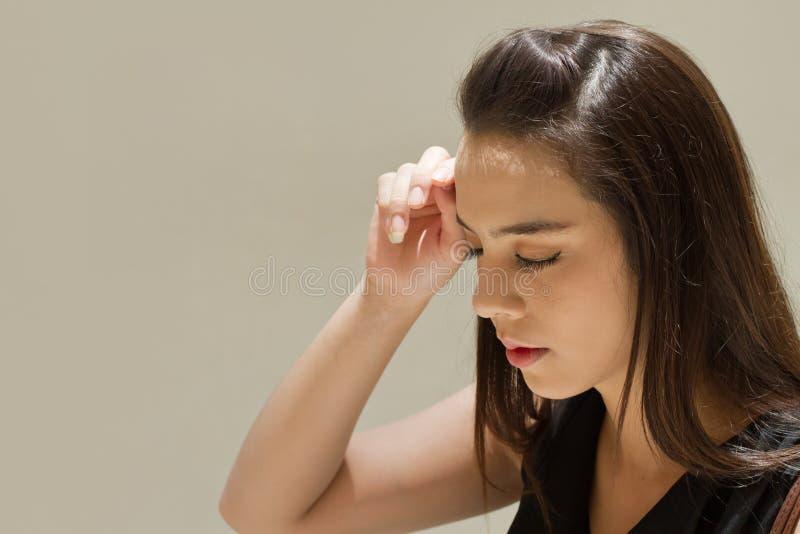 La mujer sufre del dolor de cabeza, cansancio fotos de archivo