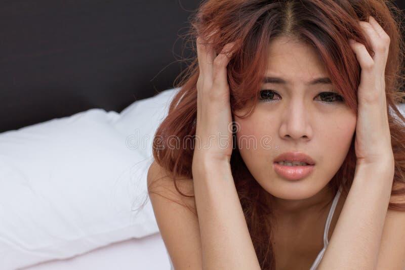 La mujer sufre del dolor de cabeza, jaqueca, tensión emocional, insomni imagenes de archivo
