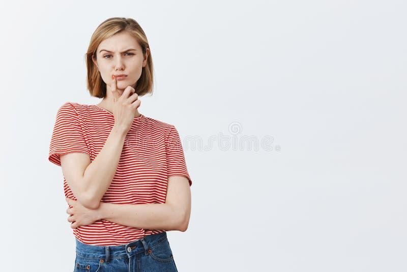 La mujer tiene dudas, mirando fijamente con incredulidad el novio borracho Serio-mirada de la esposa joven intensa con corte de p foto de archivo