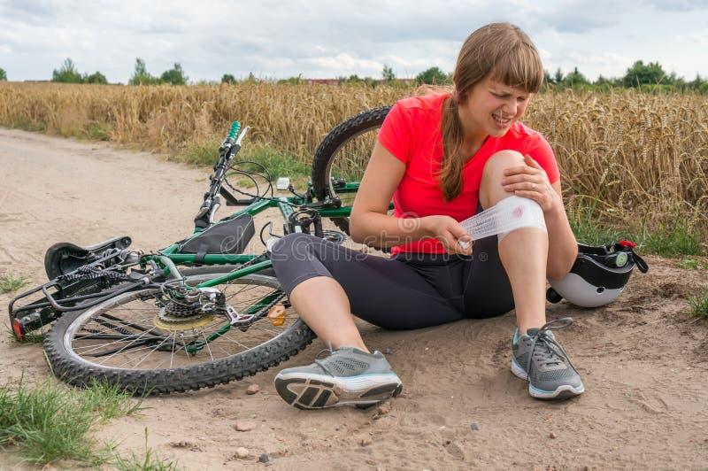 La mujer tiene lesión del accidente de la bicicleta imagen de archivo libre de regalías