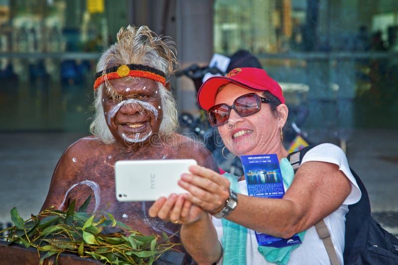 La mujer toma el selfie con el aborigen australiano foto de archivo