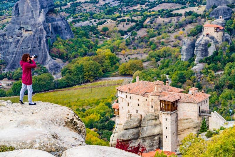 La mujer toma la foto del monasterio de Meteora imagen de archivo