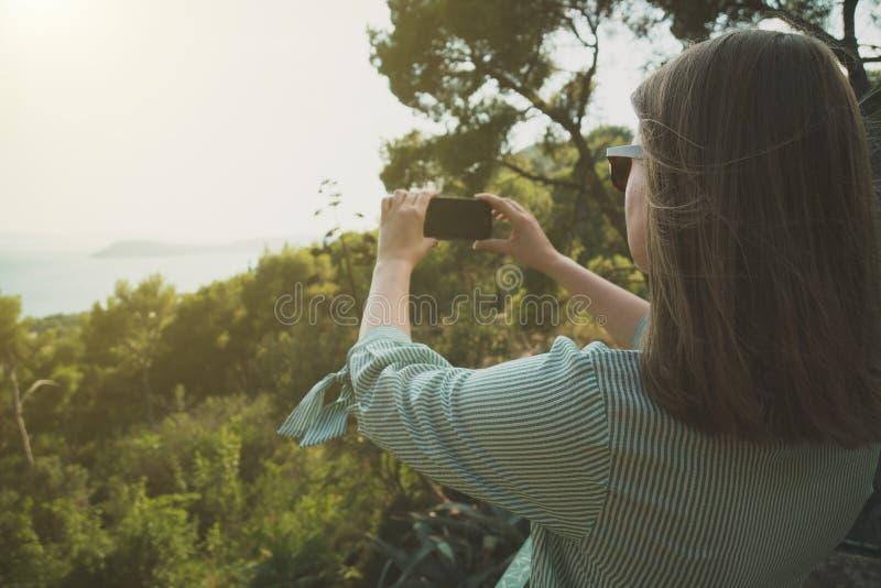 La mujer toma imágenes foto de archivo