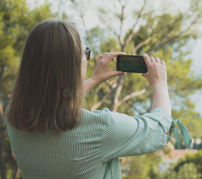 La mujer toma imágenes fotos de archivo
