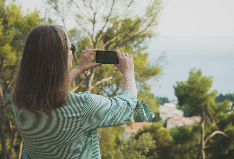 La mujer toma imágenes imagen de archivo libre de regalías