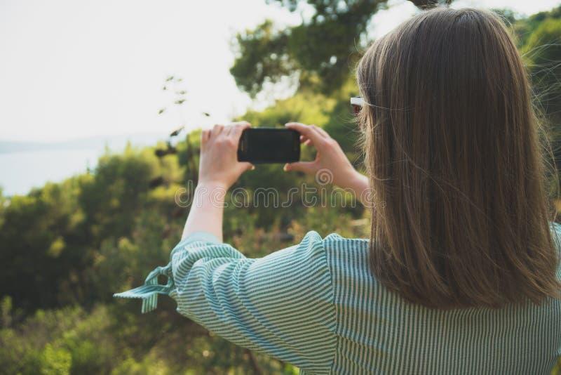 La mujer toma imágenes fotografía de archivo libre de regalías