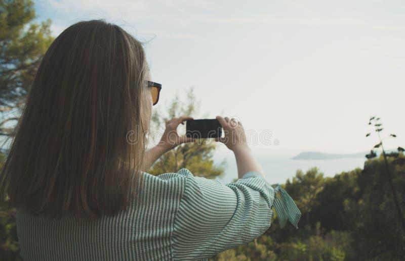 La mujer toma imágenes fotografía de archivo