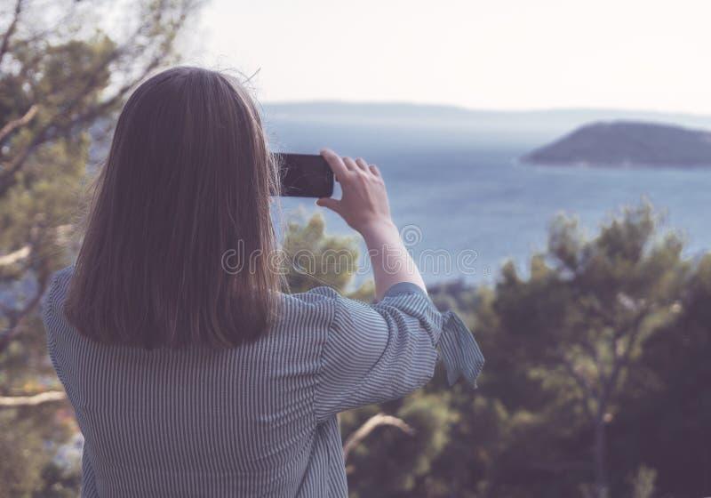 La mujer toma imágenes fotos de archivo libres de regalías