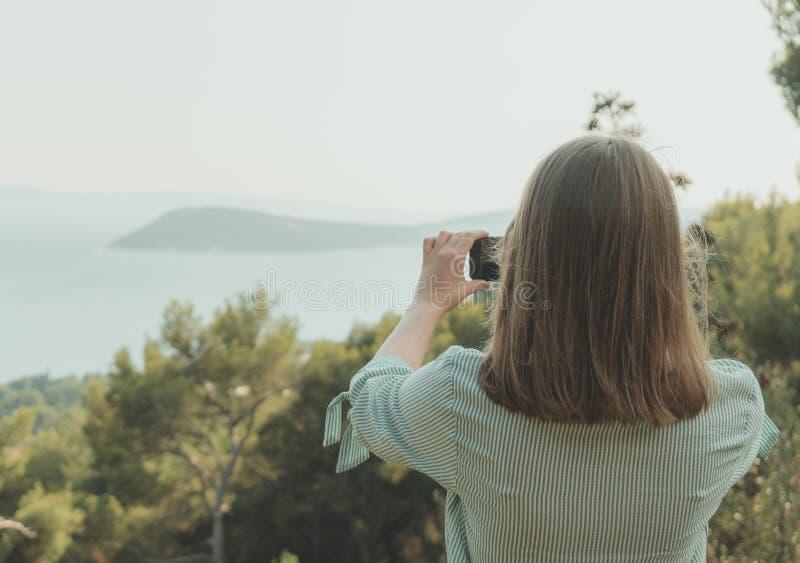 La mujer toma imágenes imagen de archivo