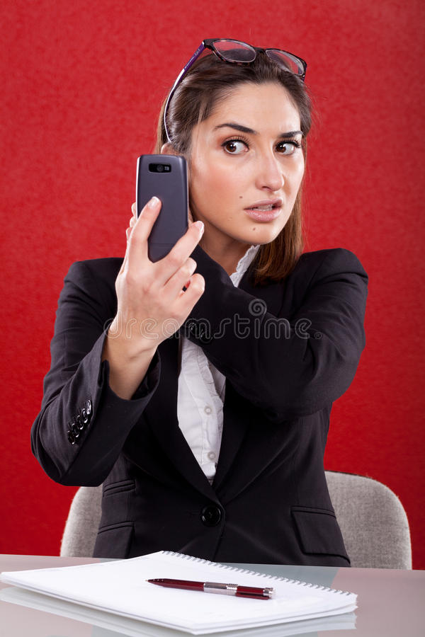 La mujer toma imágenes en su teléfono imagen de archivo
