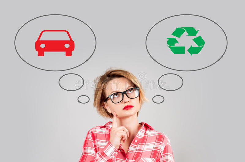 La mujer toma la decisión: contaminación ambiental o protección del medio ambiente fotos de archivo libres de regalías