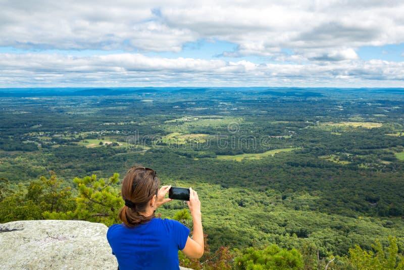 La mujer toma un snpashot de Hudson Valley, NY imagen de archivo