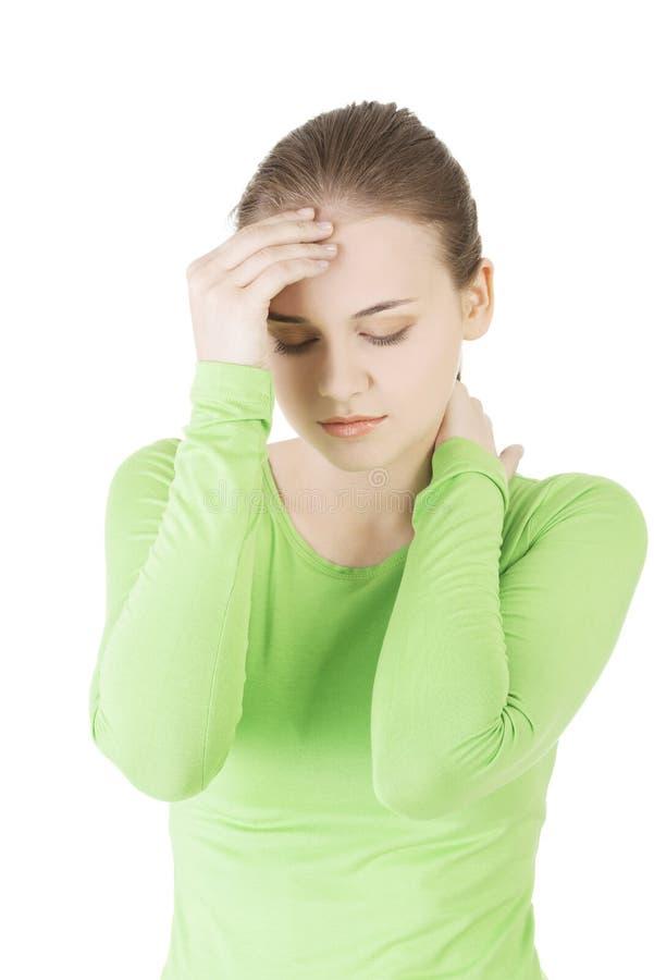La mujer triste joven tiene problema, la depresión o dolor de cabeza grande imágenes de archivo libres de regalías