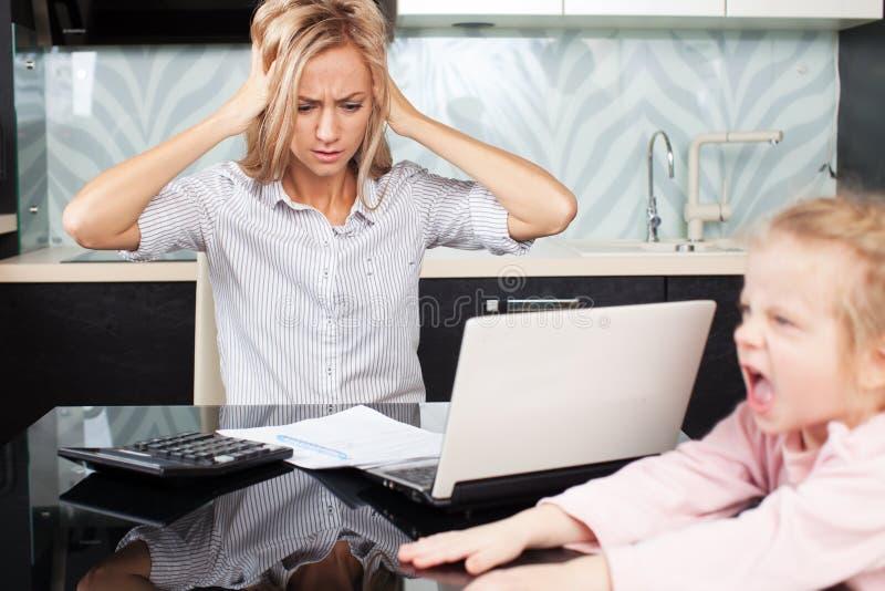 La mujer triste mira la cuenta fotos de archivo
