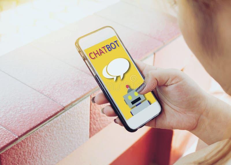 La mujer utiliza su teléfono móvil con la charla imagenes de archivo