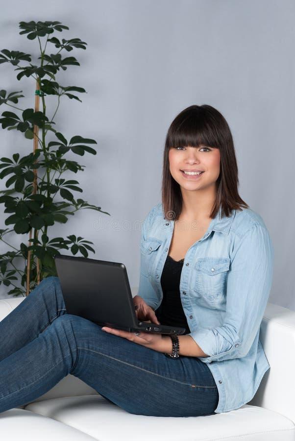 La mujer utiliza un netbook fotografía de archivo libre de regalías