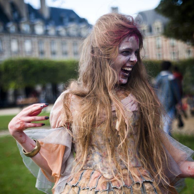 La mujer vestida como zombi desfila en una calle durante un paseo del zombi en París foto de archivo