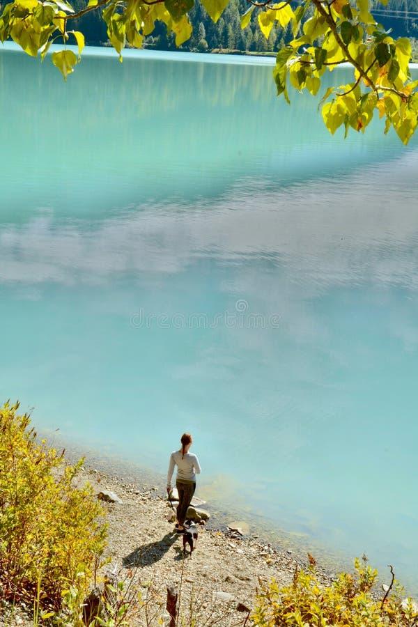 La mujer visita el río en el valle y Duffy Lake Road cerca de marmota, A.C. Canadá de Pemberton mientras que llega el otoño y el  imágenes de archivo libres de regalías
