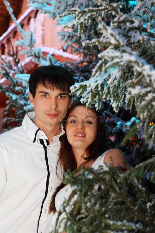 La mujer y el hombre se colocan cerca de casa de madera imagen de archivo libre de regalías