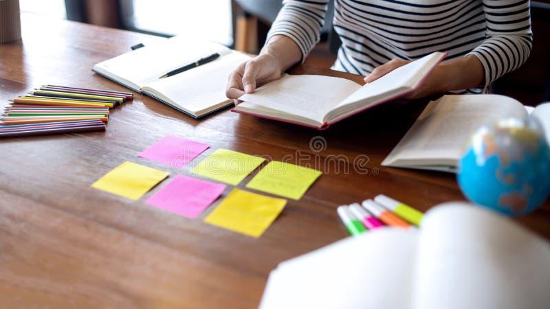 la mujer y el hombre trabajan para la educaci?n o el negocio en la tabla imágenes de archivo libres de regalías