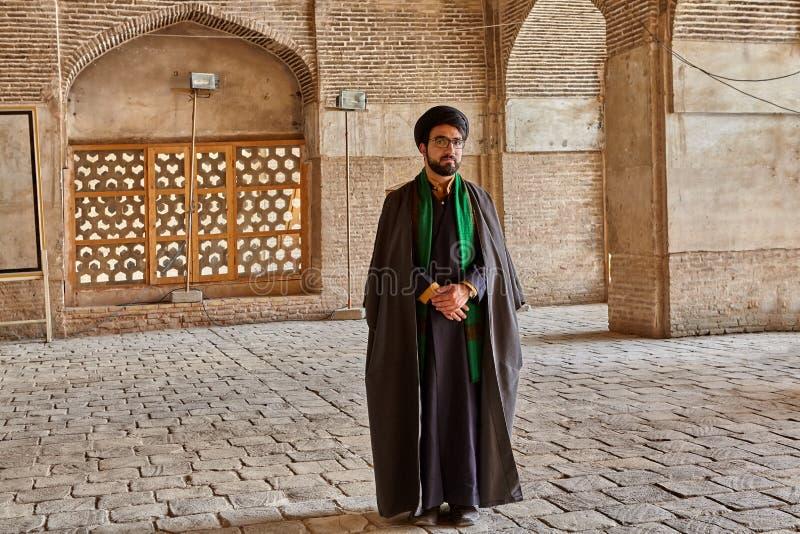 La mulá iraní se coloca en el patio de la mezquita, Isfahán, Irán fotos de archivo