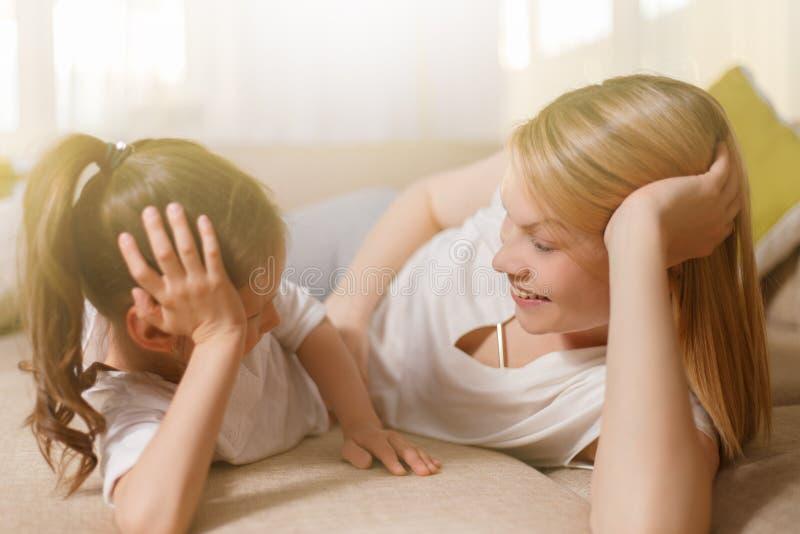 La mummia e la sua ragazza sveglia del bambino della figlia stanno giocando, sorridendo ed abbracciando Mother& felice x27; giorn immagine stock