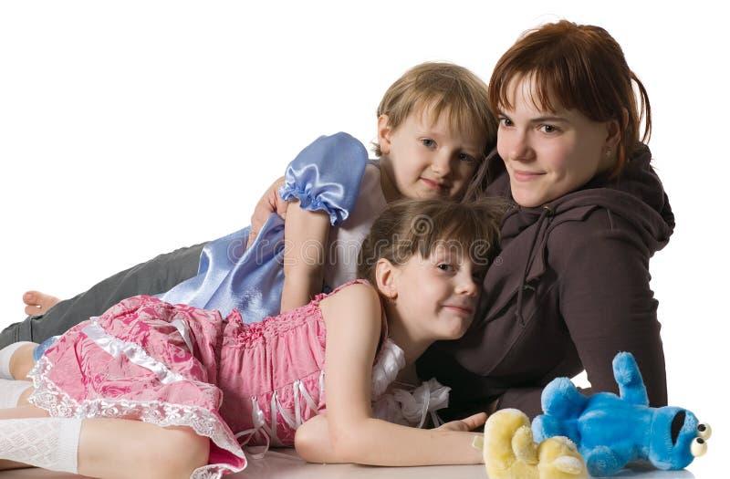 La mummia e le figlie si trovano sul pavimento immagine stock libera da diritti