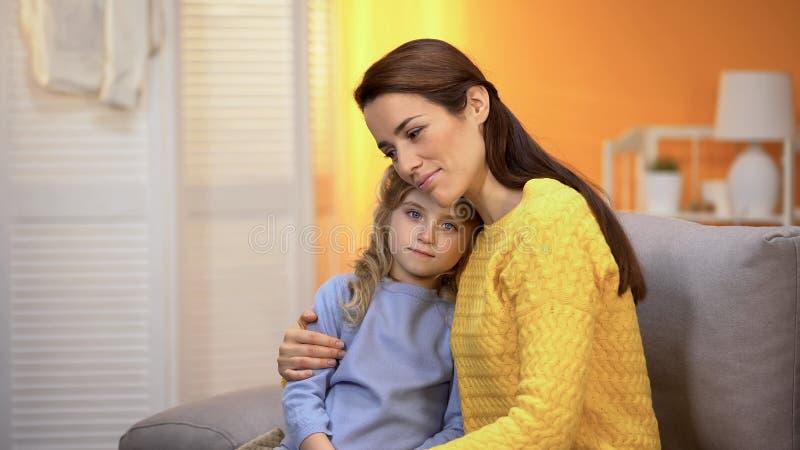 La mummia sorridente che abbraccia la bambina, bambino ha trovato la famiglia, il programma di adozione, custodia fotografia stock