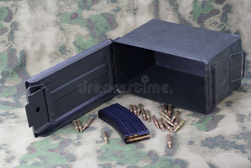 La munición puede con la munición en camoflage imágenes de archivo libres de regalías